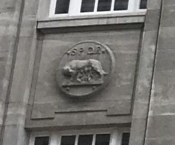 Die Wölfin aus der römischen Gründungssage. Was macht die an einer Fassade in Hamburg?